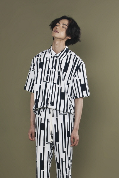 OVERSIZE GEOMETRIC PATTERN SHIRT (WHITE / NAVY)